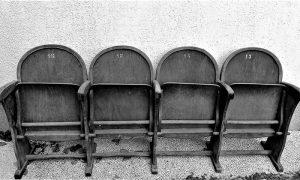Nekoliko sačuvanih bioskopskih sedišta sa balkona Bisoskopa Doma JNA