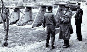 Vojo Bojović sa saradnicima pored tek izgrađene ustave na plaži