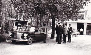 Vojo Bojović ispred restorana sa poslovnim partnerima posle ručka