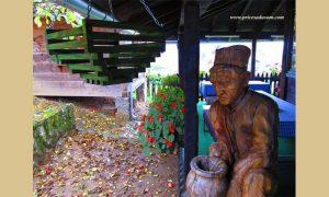 Statua zlakuškog grnčara iz familije Terzić rađena je prema najstarijoj sačuvanoj fotografiji poznatih majstora