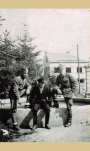 Đoko Drbnjaković sedi na vodoskoku u Parčiću za vreme okupacije