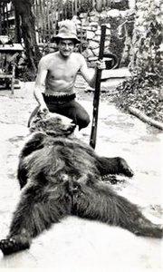 Sin Đokov Mijo se fotografisao pored medveda koga je ulovio Đoko