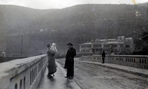 """Nikola i Anđa Prohorov sa ćerkom """"Senjom"""" i psom u šetnji na Aleksandrovom mostu"""