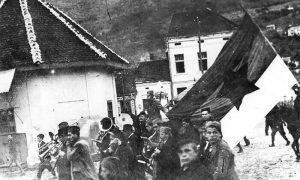 Orkestar Kulturne čete za vreme parade povodom oktobarske revolucije u vreme Užičke republike, na konju Dušan Jerković