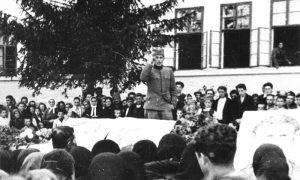 Komandir partizanske čete Slobodan Sekulić odaje poštu izginulim borcima u Užicu 2.10.1941 g. ispred Prve osnovne škole