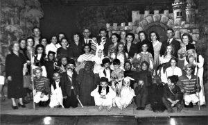 """Većina Užičana koji su te 1954. godine predstavljali pozorišni život u gradu, predstava """"Beli jelen"""" male pozorišne scene"""