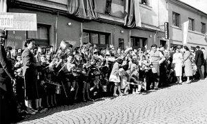 Čekalice ispred starog Hotela Zlatibor