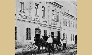 """Bioskop """"Luksor"""" u Hotelu """"Lazić"""" 1940. u vreme skidanja kaldrme i postavljanja kocke"""