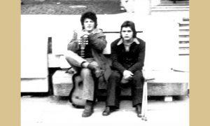 Kovač s Lalom Basom na klupi od peščara na Trgu partizana