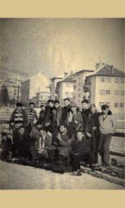Dovarjaši pobednici trke bobova na čelu sa Acom Dejovićem i njihovi navijači
