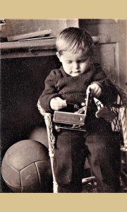 Prve dve košarkaške lopte koje je profesor Vlajko Kovačević kupio u komisionu u Beogradu i doneo u Užice i mali Gago