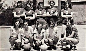 """Ženska ekipa KK Sevojno 1965. godine na """"Vlajkovom stadionu"""" za male sportove u Železničkoj ulici na Dovarju"""