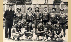 Ženska ekipa KK Sevojno sa trenerom Rakom na Vlajkovom stadionu