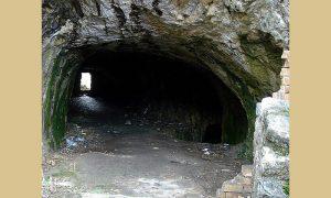 Ulaz u lagum ispod Starog grada