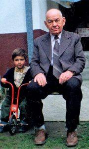 Kosta Despotović sa praunukom Aleksandrom Tošićem početkom devedesetih godina 20. veka