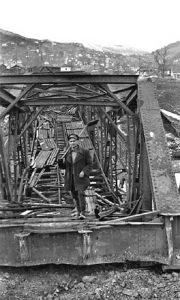 Zaposleni majstori iz ložionice su popravili i prelomljeni most danas sa lokalima kod Javne garaže