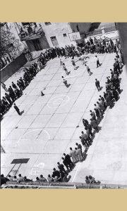 Košarkaško igralište u dvorištu Gimnazije sa podlogom od betonskih ploča