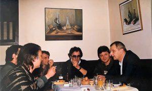 Cula u kafani sa prijateljima, do njega Vidoje Poznanović, Dragiša Milosavljević Nik i drugi