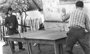 "Srbo Nikitović i Nikola Klisić igraju""ping-pong"" na Rosuljama 1960. godine"