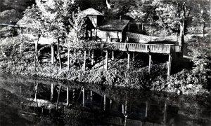 Kafana parka i bajkovito jezerce