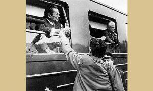 Začuđeni Tito tokom putovanja tek otvorenom tvorenom prugom Beograd - Bar