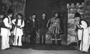 """Na sceni užičkog gradskog pozorišta postojala je i """"mala scena"""", fotografija sa prestave 1954 . godine"""