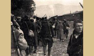 Radnički bataljon se sakuplja ispred Okruga pred odlazak u borbu, u isto vreme ćira odvozi deo ranjenika i štampariju