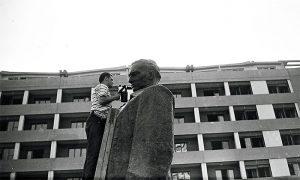 Pre otkrivanja, spomenik je našminkan let lampom