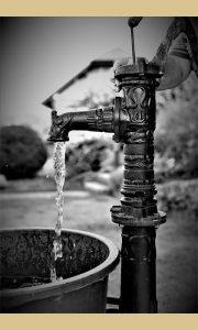 Od nedostatka vode na vodovodu spasavale su pumpe koje i danas mogu da se nađu u užičkim dvorištima