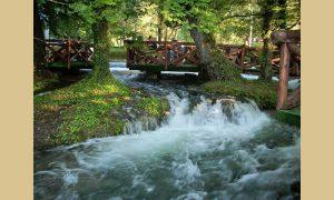 Predivna najkraća Perućka reka Vrelo i nad njom kafanska terasa