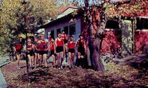 Retka fotografija u boji sa Vlajkovog stadiona - učenici pred svlačionicom (slajd Vlajka Kovačevića)
