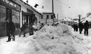 Ilija Lazić sa krova svoje kuće i radnje skida sneg