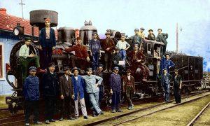 Stari užički železničari na ćirinoj lokomotivi