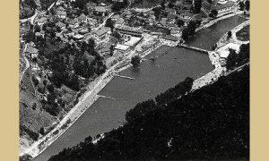 """Plaža 1963, levo se gradi Ferijalni dom """"Mladost"""""""