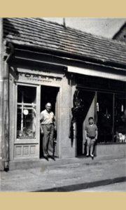 Janko Končar ispred svoje sajdžijske radnje na Glavnoj ulici na Lipi