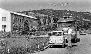 Rade Marković ulazi u fiću u Sevojnu ispred Valjaonice bakra