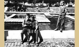 Braća Saša i Mirko Topalović na fontani u Malom parku čitaju strip