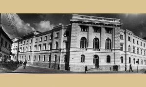 """Zgrada opštine, preko puta bašta Hotela """"Zlatibor"""""""