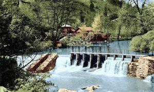 U Grotu uz Ružića istočnik kafana, brana i jezerce. Obojio Z. Domanović