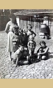 Užička deca pedesetih u Mrševića dvorištu