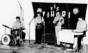 """Vihori na sceni u velikoj sali """"Ferijalnog"""", s leva: Lomec, Bore, Ricko i Jovica"""