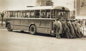Putnici su često gurali Raketin autobus zbog loših puteva