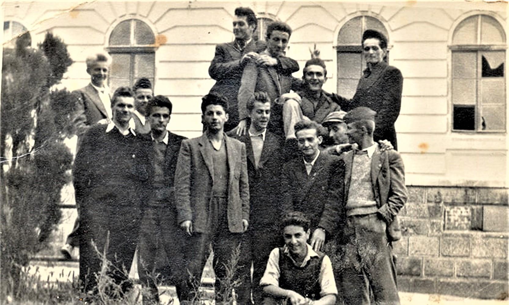 Mladi Rile Bogdanović sa školskim drugarima ispred Gimnazije