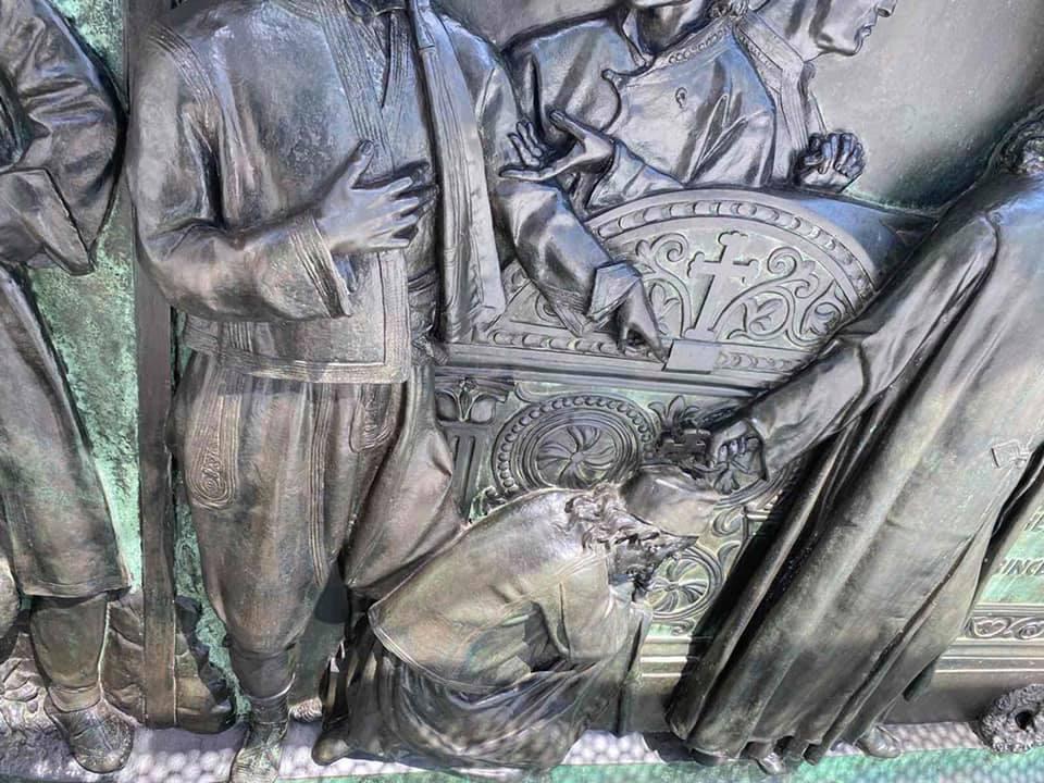 2 Detalji sa tek završenog čišćenja spomenika knezu Mihailu.