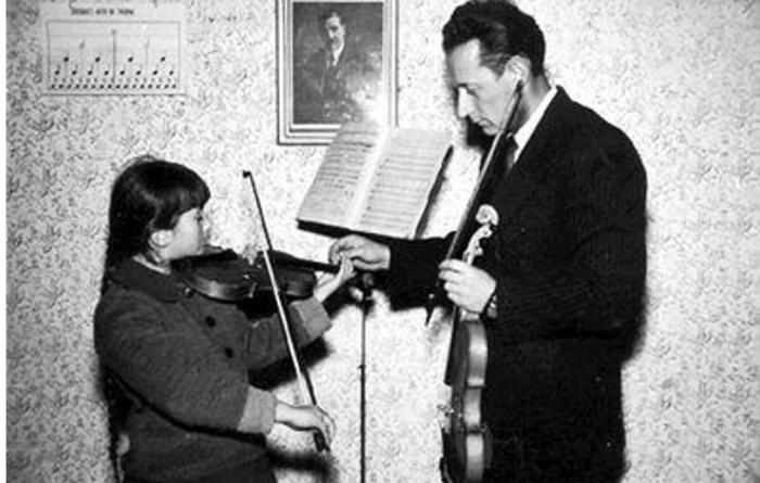 Profesor Vukašin Šumanac drži čas violine