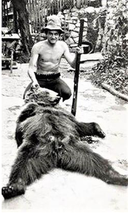 Mijo sa medvedom kojeg je ulovio njegov otac Đoko Drobnjakoović