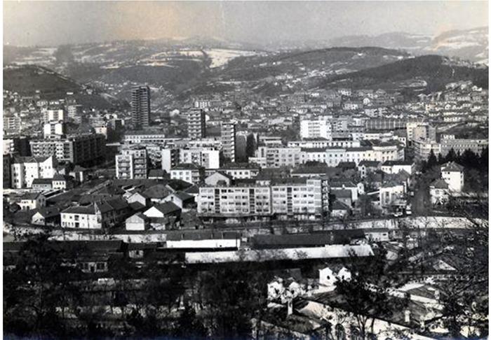 ..Centar Užica marta 1967. kada je počelo rušenje dela gde će biti sagrađen blok Zlatibor,završavan S prvi užički oblakoder, kada je otvorena zgrada N. pozorišta