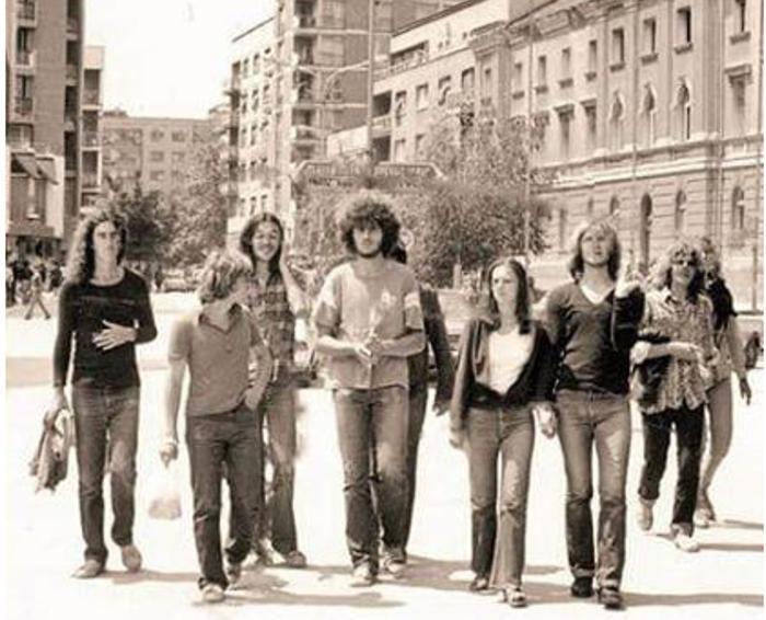 """Najistaknutiji deo užičkog korzoa bio je uveče tu na delu Glavne ulice gde su se članovi grupe """"Feniks"""" slikali po danu sa drugarima"""