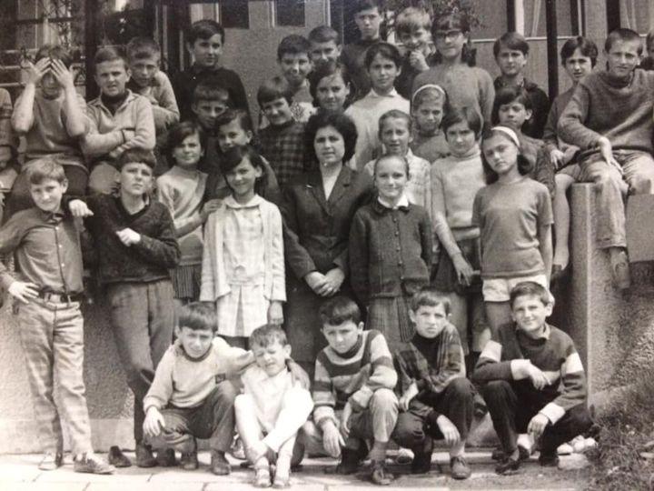 Stojan Halilović, Foce, zvani Mali Zmaj u osnovnoj školi (treći dečak, čuči