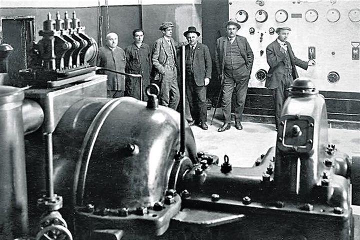 Aleksa Aljo Popović (četvrti sleva) jedan je od inicijatora izgradnje prve hidrocentrale u Užicu